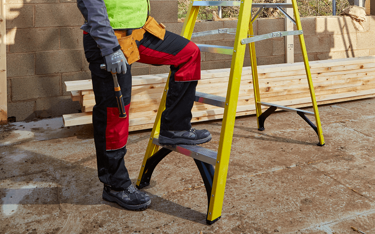 Youngman S400 Fibreglass Step Ladder heavy duty bracing